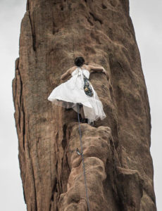femme escalade rocher