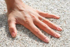 main sur le sable